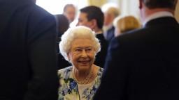 Britská kráľovná je na tróne 65 rokov, zafírové výročie ale neoslávi