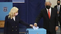 V Izraeli sa začali predčasné voľby. Prejde súčasný premiér skúškou?