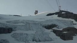 Alpské ľadovce chránia pred topením/Autobus brázdi ulice aj rieku