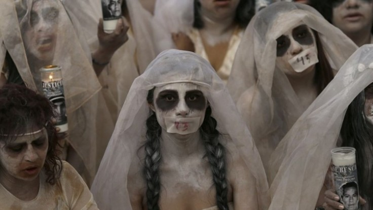 mexiko-poulicne-divadlo-placuca-zena-nezvestni-studenti-1140-px-sita-ap_0a000002-165d-edaf.jpg