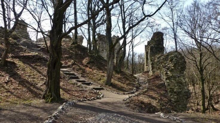 Výlet spojený s opekaním sľubuje zrúcanina hradu Biely Kameň. Zdroj: CK SATUR