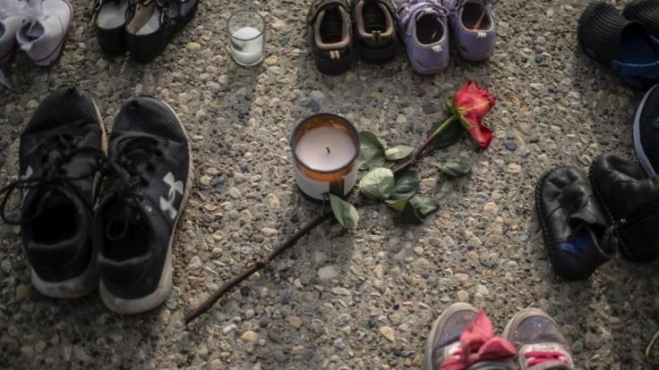 Detské topánky a červená ruža sú na chodníku na pamiatku viac než 200 detí.