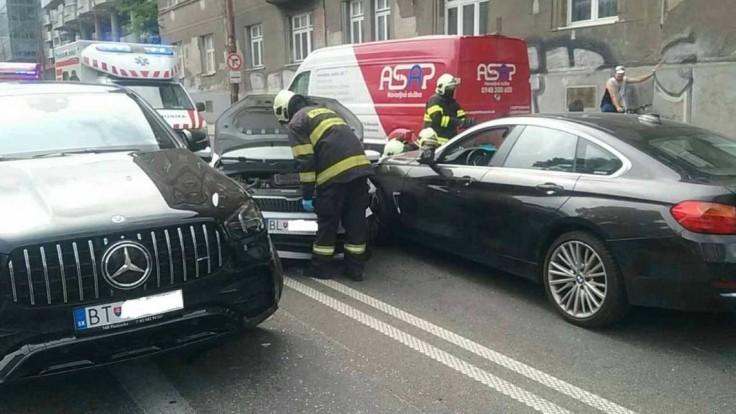 Na križovatke v Bratislave sa zrazili tri autá