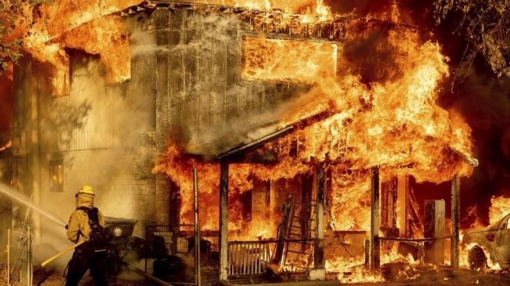 Hasiči hasia požiar v kalifornskom Doyle počas júlových horúčav.