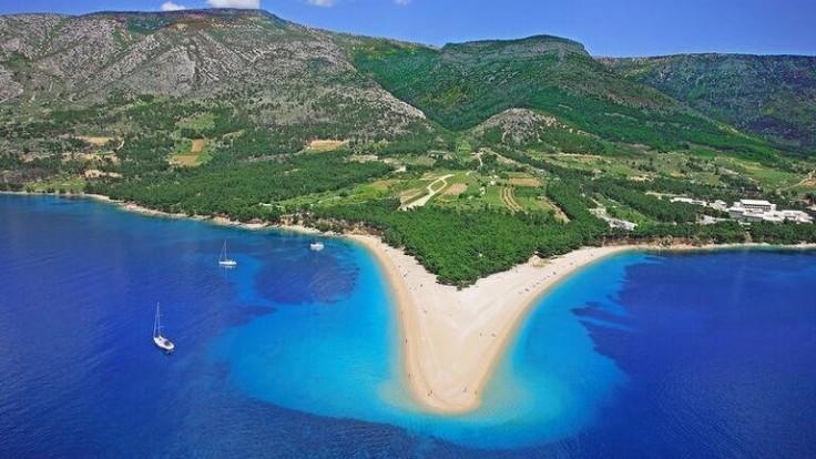 Jedinečná pláž Zlatni rat na ostrove Brač