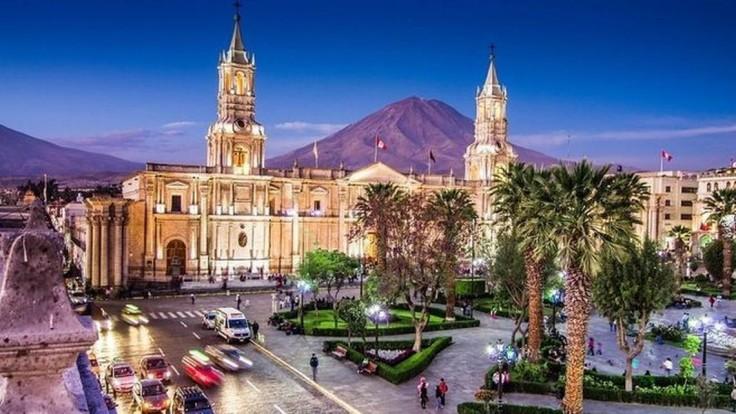 Biele peruánske mesto Arequipa.