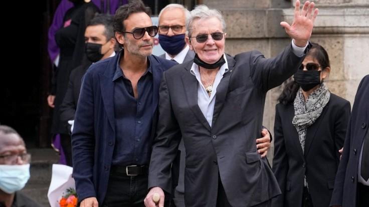 Francúzsky herec Alain Delon so synom Anthonym na rozlúčke s Jeanom Paulom Belmondom.