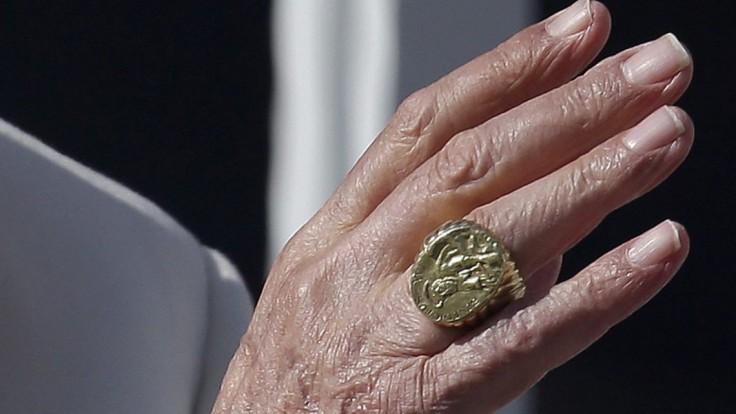 Jednou z insígnií je aj prsteň