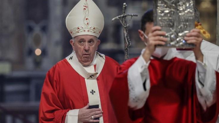 Pápež František s mitrou na hlave a pápežským prsteňom na ruke