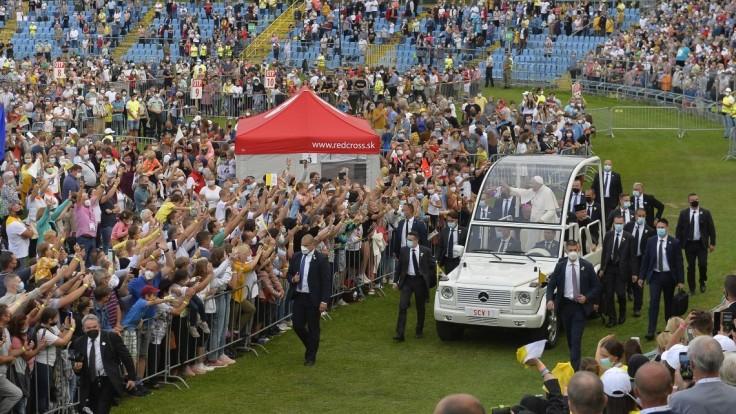 Pápež pozdravil mladých veriacich na košickom štadióne Lokomotíva