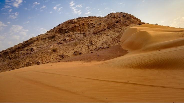 Staroveké emirátske poklady v mori piesku.