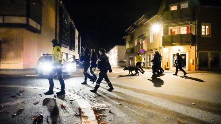 Policajti vyšetrujú na mieste útoku v nórskom meste Kongsberg
