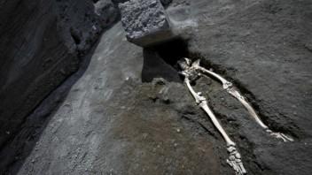 italy-pompeii-skeleton-08365-429618a91336443a80f714515eb72afc_c1ad3220.jpg
