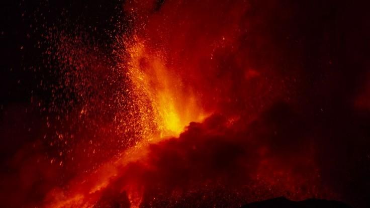 Etna opäť chrlila lávu.