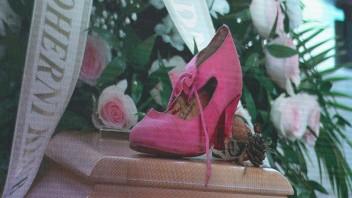 Na truhlu s Libušou Šafránkovou symboli postavili ružovú črievičku.